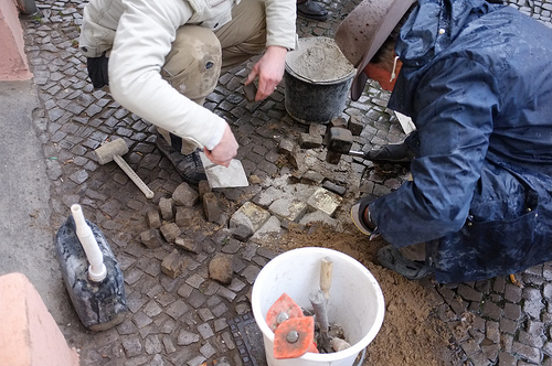 20121129_Stolperstein_fitting_52_Oderstrasses_Berlin